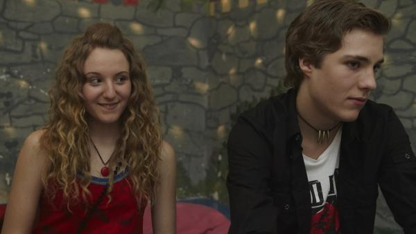 Lea (Katharina Wolfert) hat allen Mut zusammen genommen und sich neben Finn (Lukas Sperber) gesetzt. Aber bemerkt er sie überhaupt? | Rechte: KiKA/FEEDMEE