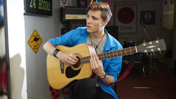 Finn (Lukas Sperber) hat für Lea ein Lied komponiert.   Rechte: KiKA/FEEDMEE