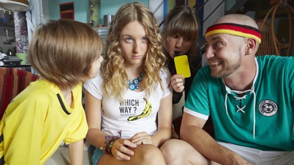 Lea (Katharina Wolfert, 2.v.li.) benötigt dringend einen guten Rat. Nur wen soll sie fragen, wenn ihre beste Freundin im Urlaub ist? Paul (Nick Julius Schuck; 1.v.li.),Frau Riedel (Daniela Preuß, 3.v.li.) und Lars (4.v.li.) wollen Rat geben.   Rechte: KiKA/FEEDMEE