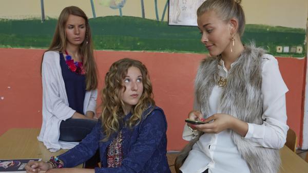 Wer wird die neue Sängerin bei Rokkin' Ratshit? Lea (Katharina Wolfert, Mi.) muss sich ihrer Konkurrentin Kim (Milena Tscharntke) stellen. | Rechte: KiKA/FEEDMEE
