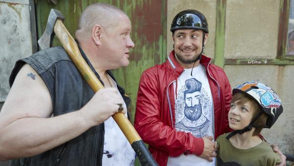 Lars (Bürger Lars Dietrich, Mi.) und Paul (Nick Julius Schuck; re.) nehmen einiges auf sich, um das Geburtstagsgeschenk für Lea zu besorgen. | Rechte: KiKA/FEEDMEE
