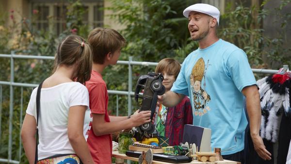 Paul und Lars veranstalten einen Flohmarkt. Doch Lars kann sich von nichts trennen. | Rechte: KiKA/FEEDMEE