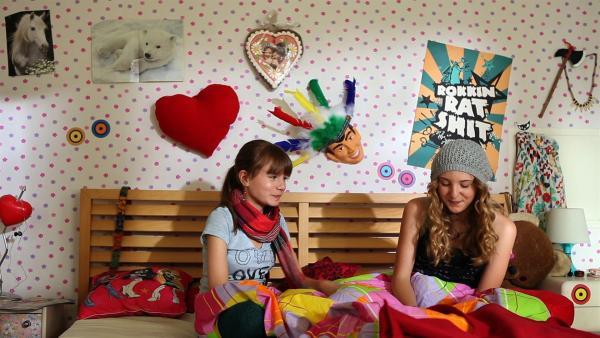 Nelli (Fanni Pantförder, li.) und Lea (Katharina Wolfert) schmieden Pläne. | Rechte: KI.KA/Timm Lange