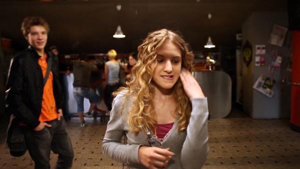 Finn (Lukas Sperber) kommt zur Kinoverabredung, auf die Lea (Katharina Wolfert) sehnlich wartet. | Rechte: KI.KA/Timm Lange