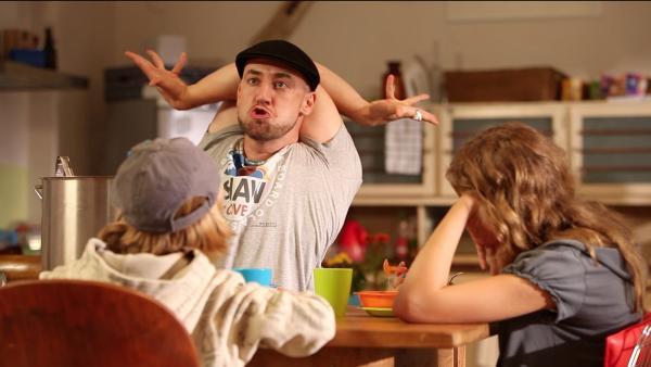 Wie soll man vernünftig erwachsen werden, wenn der Onkel ( Bürger Lars Dietrich) das größte Kind im Haus ist?! | Rechte: KI.KA/Timm Lange