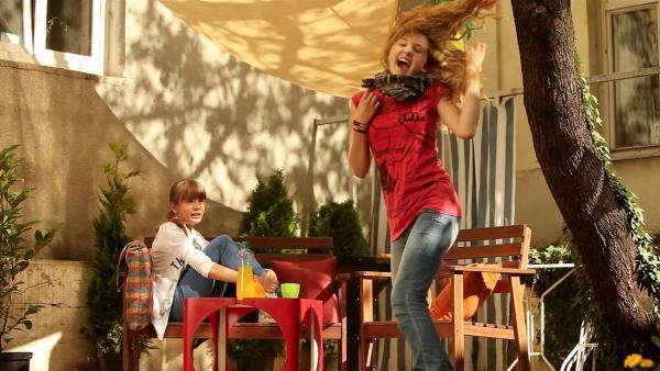 Nelli (Fanni Pantförder, li.) ist sich noch nicht ganz so sicher, ob Luftgitarre spielen wirklich der optimale Beruf für Lea (Katharina Wolfert) ist... | Rechte: KI.KA/Timm Lange