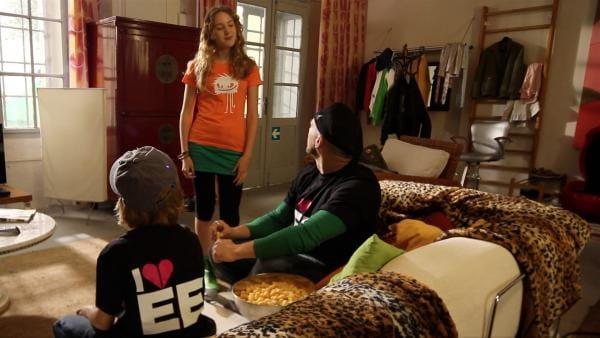Jetzt hatten sich Paul (Nick Julius Schuck) und Lars (Bürger Lars Dietrich) extra diese neuen, hippen Shirts gekauft, da setzt Lea (Katharina Wolfert) mit ihrem Shirt schon den nächsten, coolen Trend. Mist. | Rechte: KI.KA/Timm Lange
