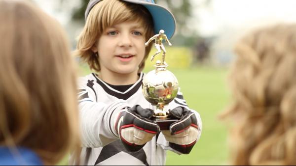 Heute noch Sieger beim Nachwuchsturnier, morgen Fußball-Weltmeister - Paul (Nick Julius Schuck) beginnt früh mit dem Pokale sammeln! | Rechte: KI.KA/Timm Lange