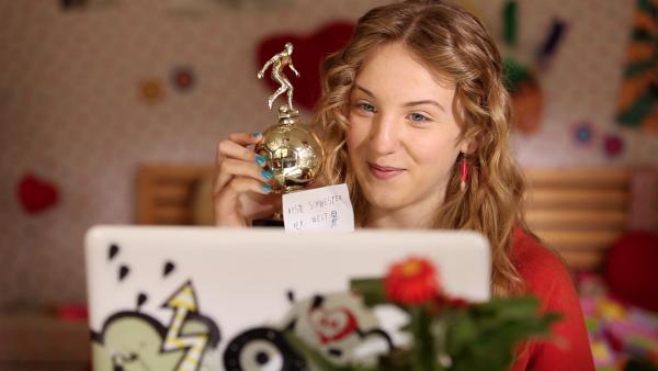 """Wenn Paul seinen gewonnenen Fußball-Pokal """"der besten Schwester der Welt"""" widmet, ist er für Lea (Katharina Wolfert) auch der beste Bruder der Welt!   Rechte: KI.KA/Timm Lange"""