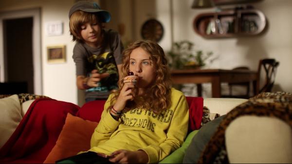 Wenn Paul (Nick Julius Schuck) seine Muffin-Antennen eingeschaltet hat, ist es für Lea (Katharina Wolfert) vorbei mit der gemütlichen Pause! | Rechte: KI.KA/Timm Lange