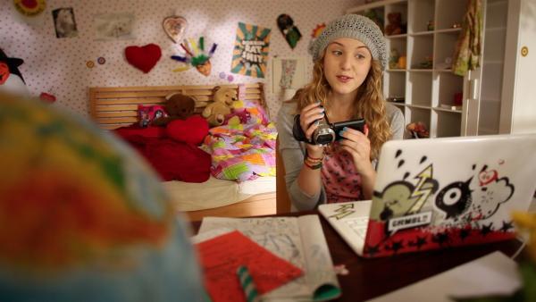 Lea (Katharina Wolfert) und ihre Videokamera wappnen sich für die große Homestory! | Rechte: KI.KA/Timm Lange