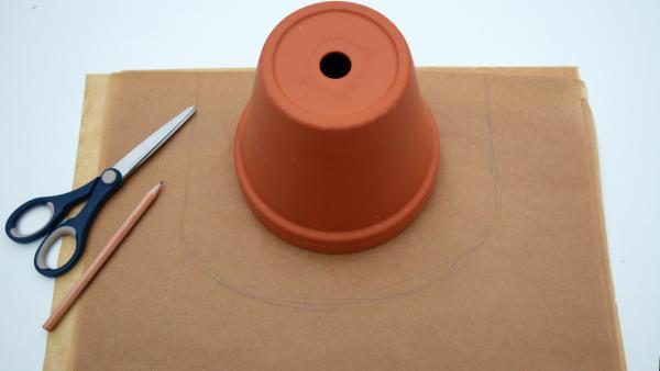 umgestülpter Blumentopf auf Backpapier mit Bleistiftlinie | Rechte: KiKA