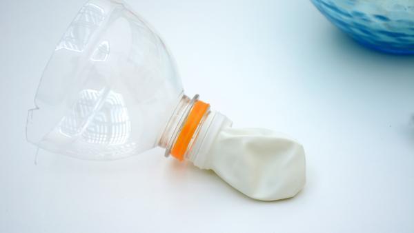 Plastikflasche mit Luftballon | Rechte: KiKA