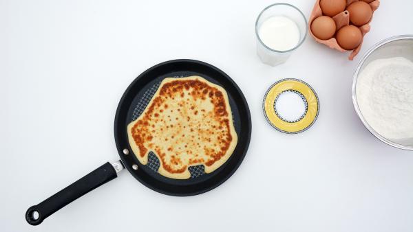 Pfannenkuchen in einer Pfanne, Eier, Milch und Vanillezucker | Rechte: KiKA