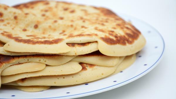 mehrere Pfannenkuchen auf einem Teller | Rechte: KiKA