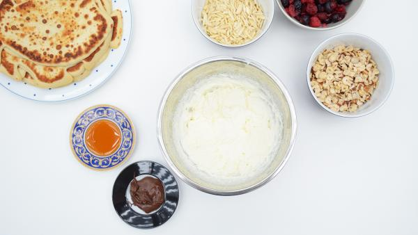 Pfannenkuchen, Sahne, Honig, Nussnougatcreme, Beeren, gehackte Nüsse und Mandelsplitter | Rechte: KiKA