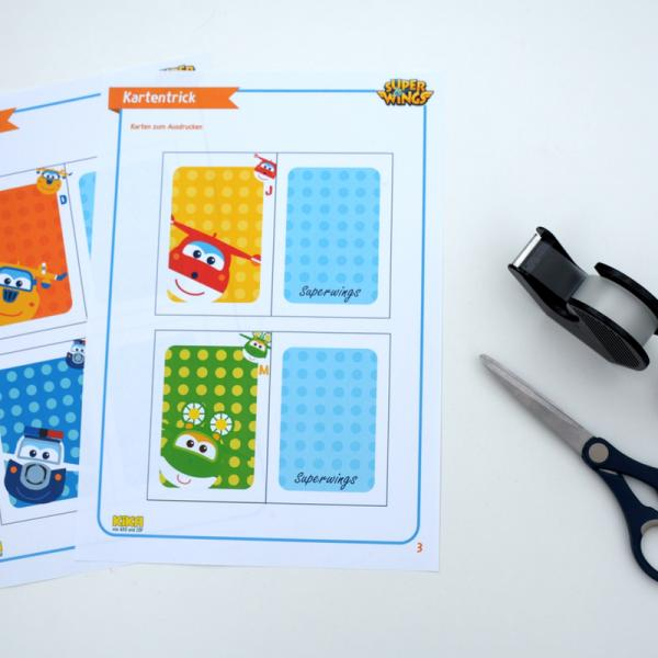 Du brauchst: unsere Druckvorlagen der Karten, Schere, Kleber und Klebestreifen. | Rechte: KiKA