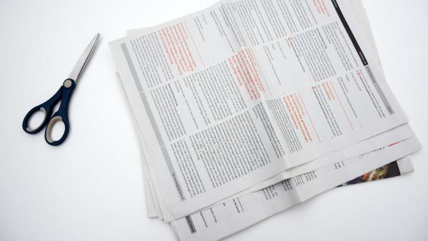 Zeitungspapier und Schere | Rechte: KiKA