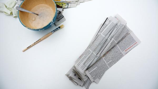 Zeitungsstreifen, Tapetenkleister und Pinsel | Rechte: KiKA