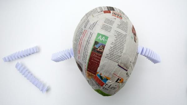 Ballon mit angeklebten Hexentreppen als Arme | Rechte: KiKA