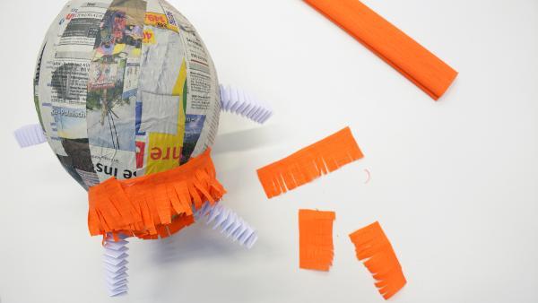 Ballon mit angeklebten Krepppapierstreifen | Rechte: KiKA