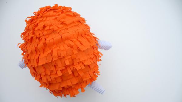 Ballon mit fertig angeklebten Krepppapierstreifen  | Rechte: KiKA