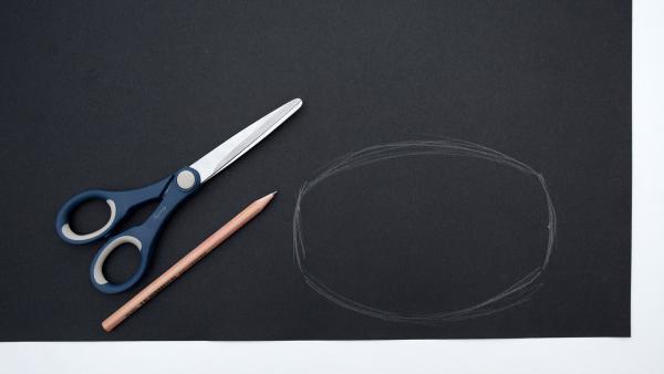 schwarzes Tonpapier, Bleistift und Schere | Rechte: KiKA