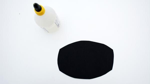 ausgeschnitttenes Tonpapier und Kleber | Rechte: KiKA