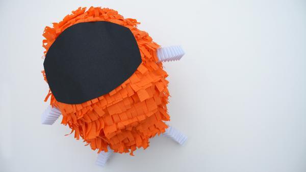 Klebe es auf dem Ballon in die Mitte zwischen die Arme auf. | Rechte: KiKA