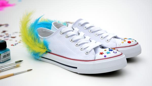 Schuhe mit Federn | Rechte: KiKA