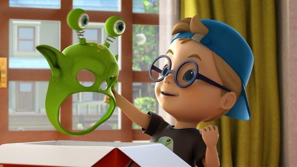 Riley hat eine Monstermaske für seinen ersten Film bestellt. Er ist Regisseur. | Rechte: KiKA/FunnyFlux/QianQi/EBS/CJ E&M
