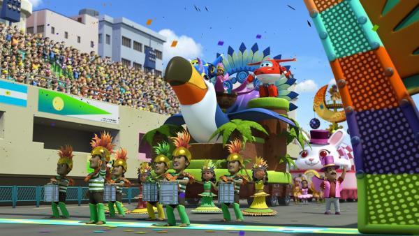 Camila steht ganz oben auf einem der großen Karnevalswagen. | Rechte: KiKA/FunnyFlux/QianQi/EBS/CJ E&M