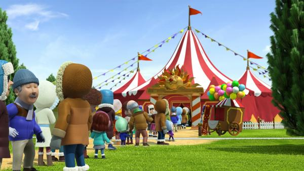 Vor dem Zirkuszelt wartet schon das Publikum. | Rechte: KiKA/FunnyFlux/QianQi/EBS/CJ E&M