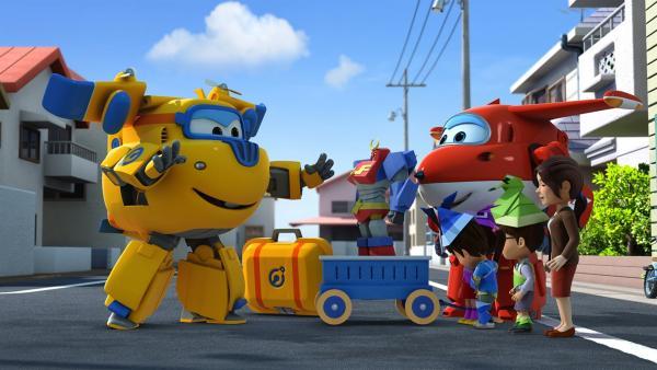 Donnie und Jett helfen den Kindern mit der großen Papierfigur.   Rechte: KiKA/FunnyFlux/QianQi/EBS/CJ E&M