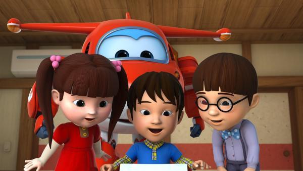 Yuki, Haru und Masaki packen ihr Paket aus.   Rechte: KiKA/FunnyFlux/QianQi/EBS/CJ E&M