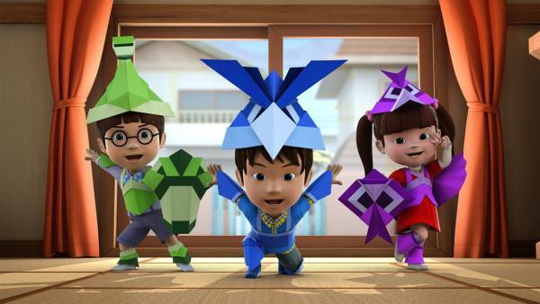 Die Kinder basteln sich Origamikostüme.   Rechte: KiKA/FunnyFlux/QianQi/EBS/CJ E&M