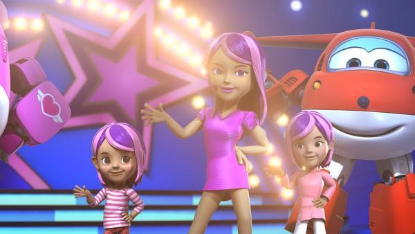 Kellie holt die beiden Mädchen als Gäste auf die Bühne. | Rechte: KiKA/FunnyFlux/QianQi/EBS/CJ E&M