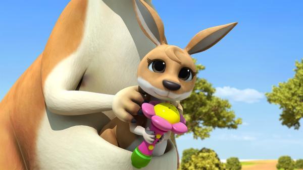 Das Kängurubaby hat Rubys Mikrofon. | Rechte: KiKA/FunnyFlux/QianQi/EBS/CJ E&M