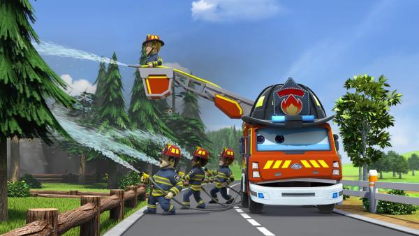 Lukas' Vater und seine Kollegen löschen einen Waldbrand. | Rechte: KiKA/FunnyFlux/QianQi/EBS/CJ E&M