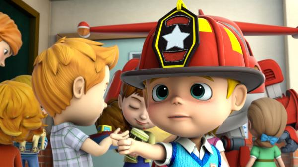 Lukas hat sich einen eigenen Feuerwehrhelm bestellt. | Rechte: KiKA/FunnyFlux/QianQi/EBS/CJ E&M