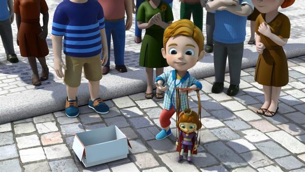 Marek packt sein Paket aus. Er hat eine Marionette bestellt und gesellt sich zu den Künstlern. | Rechte: KiKA/FunnyFlux/QianQi/EBS/CJ E&M