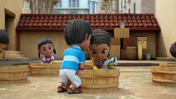 Meena und ihre Freunde färben die Kostüme in großen Holzbottichen. | Rechte: KiKA/FunnyFlux/QianQi/EBS/CJ E&M
