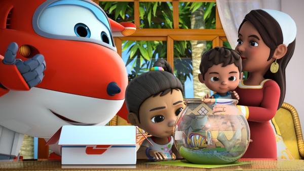 Jett besucht Ayesha und ihren traurigen Fisch. Auch Ayeshas Mutter und ihr Bruder sind da. | Rechte: KiKA/FunnyFlux/QianQi/EBS/CJ E&M