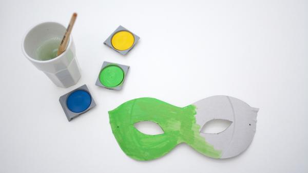 Maske, Wasserfarben und Pinsel | Rechte: KiKA