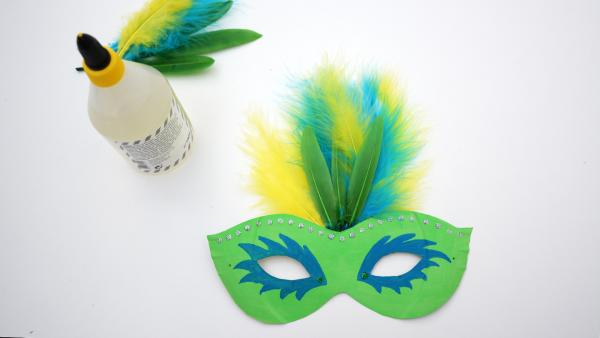 bemalte Maske, Federn und Kleber | Rechte: KiKA