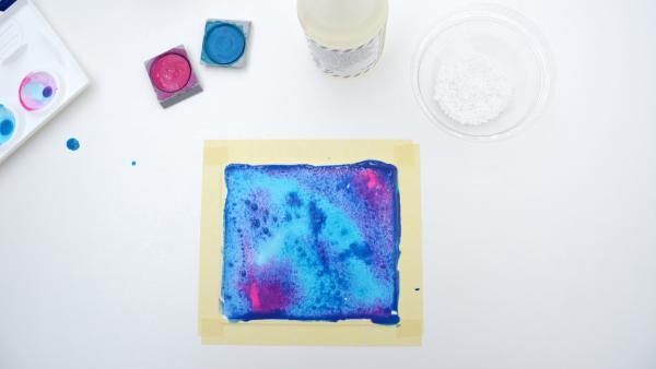 Gemälde aus Wasserfarben und Salz, Wasserfarben, Kleber und Salz | Rechte: KiKA