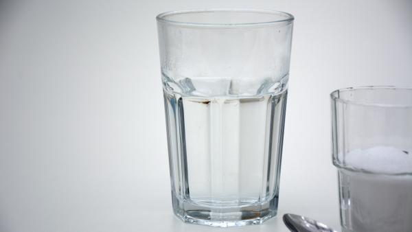 Glas mit heißem Wasser | Rechte: KiKA