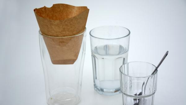 Glas mit heißem Wasser und Salz, Glas mit Salz und Löffel sowie Glas mit Filtertüte | Rechte: KiKA