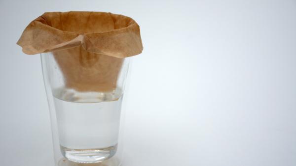 Glas mit Filtertüte und Wasser | Rechte: KiKA