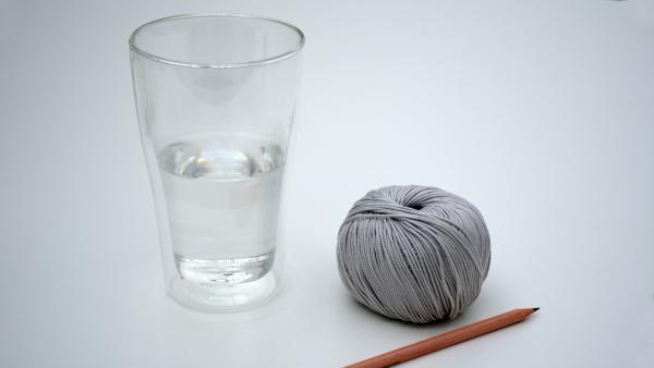 Baumwollfaden, Bleistift und Glas mit Wasser | Rechte: KiKA